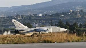 Su-24 þota á flugvelli í Sýrlandi.
