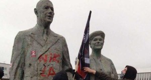 Málað var á styttu af Charles de Gaulle í Calais - Yvonne de Gaulle stendur við hlið manns síns.