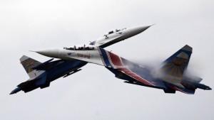 Rússneskar orrustuþotur af Su-27 gerð sýna listir sínar.