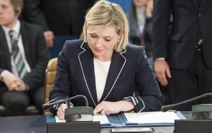 Á þessari mynd frá NATO sést Lilja D. Alfreðsdóttir rita undir aðildarskjal Svartfjallalands að NATO,