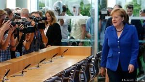 Angela Merkel kemur á blaðamannafund í Berlín.
