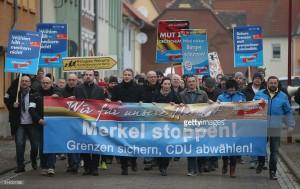 Félagar í AfD mótmæla útlendingastefnu Angelu Merkel.