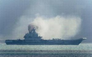 Admiral Kuznetsov sendir frá sér svart sót á Ermarsundi.
