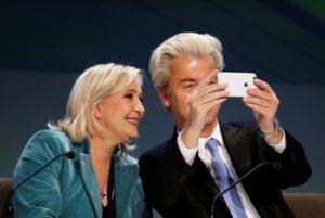 """Geert Wilders tekur """"sjálfu"""" af sér og Marine Le Pen"""