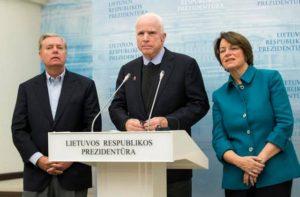 Bandarísku öldungadeildarþingmennirnir Lindsey Graham, John McCain og Amy Klobuchar á blaðamannafundi í Vilníus.
