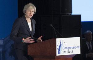 Theresa May flytur ræðuna í Fíladelfíu.