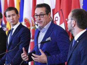 Sebastian Krauz kanslari, Christian Strache, varakanslari, og Herbert Kickl innanríkisráðherra kynna lokun moska.