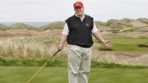 Donald Trump lék golf á velli sínum í Skotlandi.
