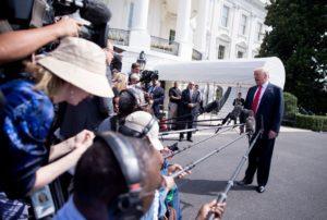 Donald Trump ræðir við fráttamenn við Hvíta húsið föstudaginn 17. ágúst.