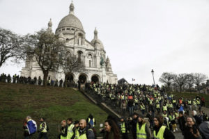 Laigardaginn 22. desrmber komu gulvestungar saman til mótmæla fyrir framan Sacré Coeur-basilikuna í París.