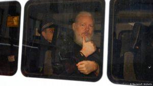 Julian Assange fluttur af lögreglu úr sendiráði Ekvador 10. apríl 2019.