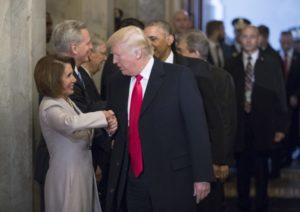 Nancy Pelosi og Donald Trump heilsast við innsetningu hans í forsetaembættið, janúar 2017.