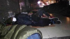 Afríkumenn sofa úti á götu í Guangzhou í suðurhluta Kína eftir að hafa verið hraktir af heimilum sínum.